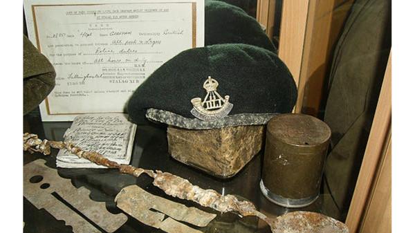 Ausstellungsgegenstände des Kriegsgefangenen britischen Soldaten Jack Graffam, der am 13. April 1945 befreit wurde. Foto: Military Museum