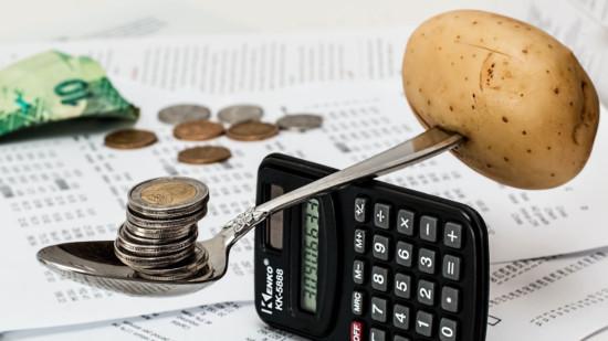 Collage aus Geld, Löffel, Kartoffel und Taschenrechner
