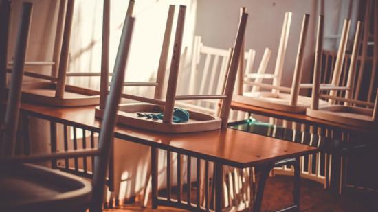 Bild zeigt hochgestellte Stühle auf Tischen