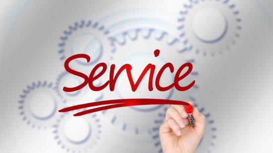 """Ein Stift schreibt den Begriff """"Service"""""""