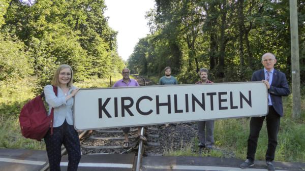 Dörte Liebetruth, Wolfgang Rodewald und SPD-Mitglieder beim zukünftigen Bahnhalt
