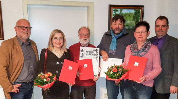 Die Jubilare Dörte und Wilfried Liebetruth, Andreas Fröhling und Renate Meyer umrahmt von Landrat Peter Bohlmann (rechts) und Ortsvereinsvorsitzendem Hermann Meyer.