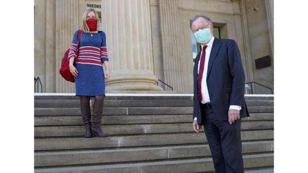 Dörte Liebetruth und Stephan Weil mit Mund-Nase-Maske