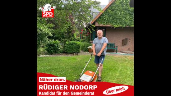 Rüdiger Nodorp beim Rasenmähen