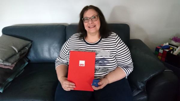 Monika Heldberg mit der Urkunde und Brosche