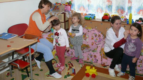 Szene mit Kindern und Erzieherinnen