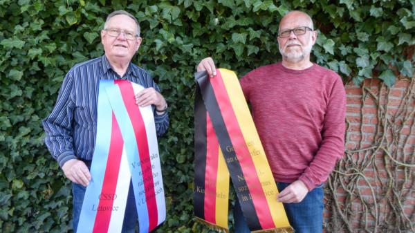 Hans-Rainer Strang und Hermann Meyer mit den bedruckten Kranzschleifen.