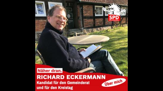 Richard Eckermann beim Lesen eines Buchs