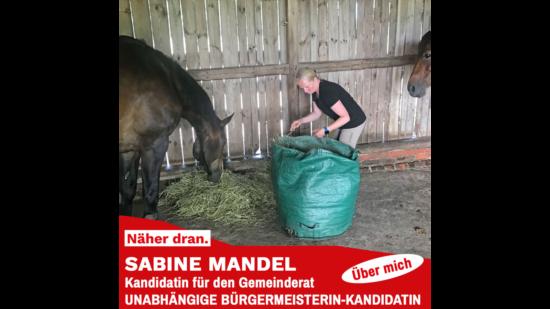 Sabine Mandel beim Ausmisten