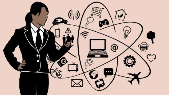 Eine Frau mit vielen Symbolen von Natur bis Technik