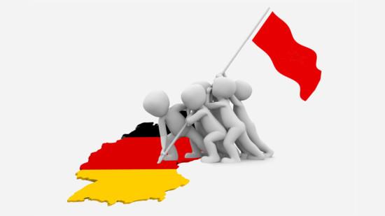 Menschen setzten eine rote Fahne auf den Umrich Deutschlands