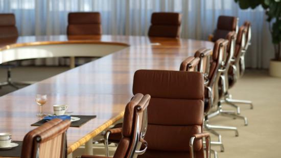 Leere Stühle am Beratungstisch